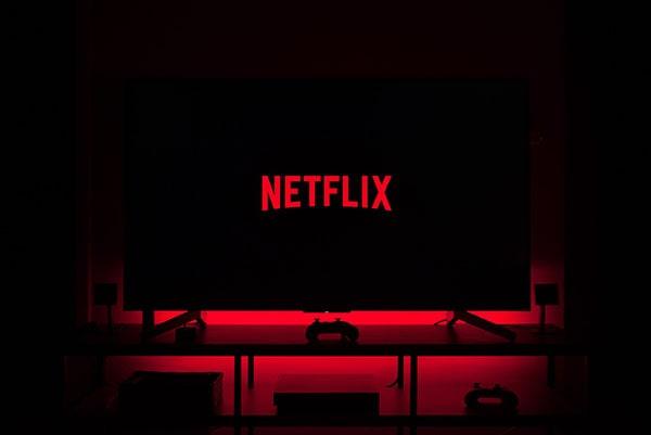 Netflix vrea să restricţioneze folosirea unui cont de către mai multe persoane
