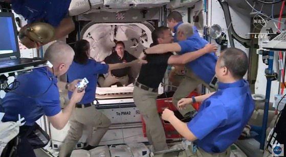 Moment de bucurie după 24 de ore petrecute pe orbită. Capsula privată SpaceX a andocat la Staţia Spaţială Internaţională
