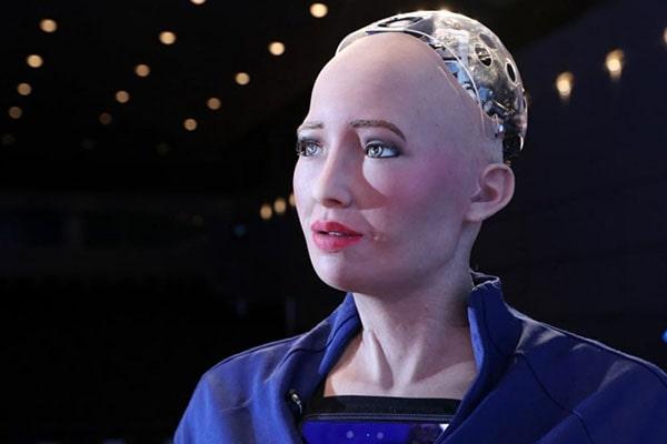 Robotul Sophia şi-a vândut primul tablou cu o sumă uriaşă, iar acum se apucă de cântat