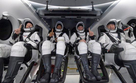 SpaceX va da drumul turismului spaţial