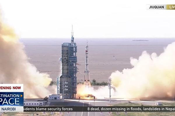 China a lansat cu succes trei astronauţi către o nouă staţie spaţială