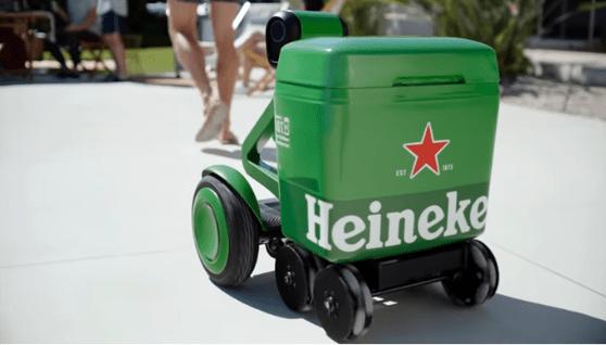 """Heineken a creat robotul care îşi urmăreşte stăpânul şi îl serveşte cu bere rece. Cine poate avea un astfel de """"partener"""""""