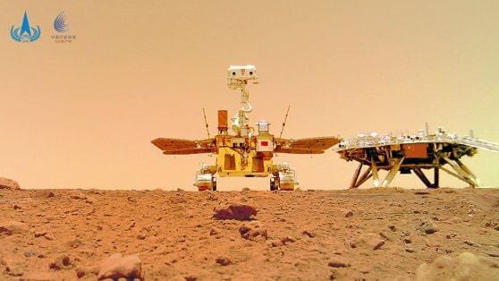 Roverul Zhurong trimite clipuri de pe Marte. Robotul se află în Utopia Planitia