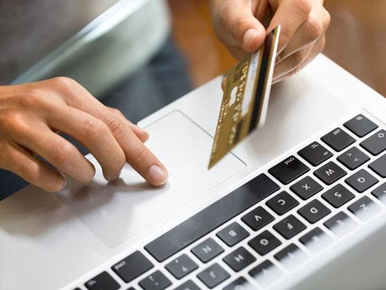 Un card bancar folosit de mulţi români se va schimba. De când va fi emis în noua formă